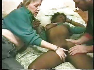 변태 한 부부가 젊은 흑인 매춘부를 냈다.집에서 만든