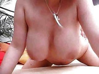 큰 가슴 소녀는 음부 m27로 그녀의 가슴을 사용