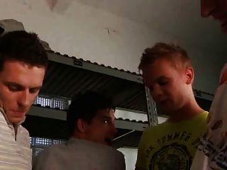 세 컷되지 않은 자지와 한 소년은 젖은 가져옵니다.