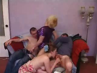 성숙한 젊은 부부의 그룹 섹스