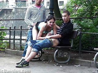 거리에서 공개 삼인조 섹스.굉장해!