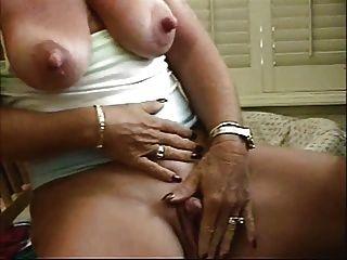 그녀의 큰 clit를 쓰다듬어 할머니 큰 젖꼭지