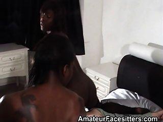 2 명의 흑인 소녀는 할아버지를 대면한다.