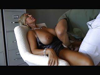 큰 가슴을 빨고 섹스하는 여자