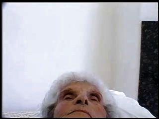 84 세의 나이 어린 창녀는 여전히 젊은 수탉을 좋아합니다.