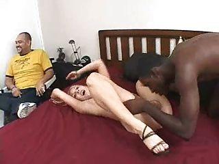 그녀의 남자 친구가 보는 동안 흑인 남자와 백인 여자 친구