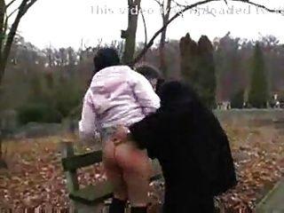 늙은이는 공공 park.f70에 더러운 사춘기 소녀를 망 쳤어.