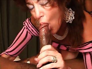 환상적인 엉덩이를 가진 아내가 정액을 타다.