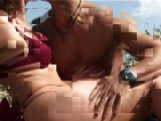 작은 가슴으로 성숙 해. 큰 젖꼭지가 해변에서 씨발된다.