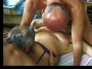 할머니는 두 명의 노인을 즐겁게합니다.