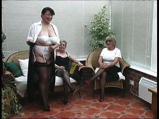 세 성숙한 마을 숙녀의 빈티지 스트립