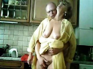 엄마와 아빠는 부엌에서 재미입니다.도난당한 비디오