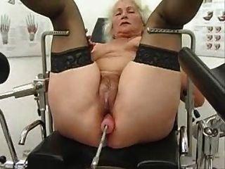 할머니 노마가 섹스 기계에서 운동하다.