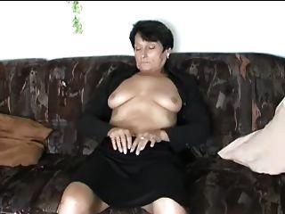 성숙한 스트립과 손가락 자신 오르가슴