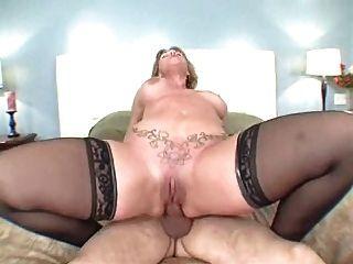 큰 엉덩이 엄마는 항문 섹스를 좋아합니다.