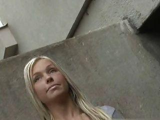 길거리에서 낯선 사람을 괴롭히는 소녀