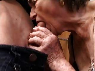 고대의 털이 많은 할머니가 손가락으로 입술을 빨고 섹스를했다.