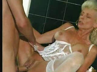 할머니가 흰 란제리와 스타킹을 휘두르다.