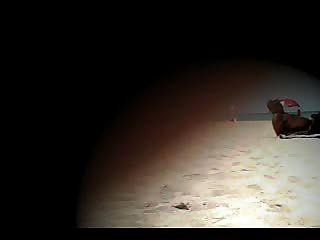 누드 해변에서 괴롭 히고있는 노출 주의자 아내라나!