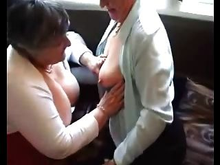 두 명의 할머니가 장난감을 시험해 본다.