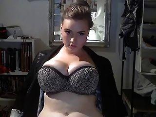 큰 아름다운 여인이 그녀의 위대한 몸을 보여줍니다 ...