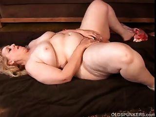 큰 아름다운 성숙한 금발은 섹스를 사랑한다.