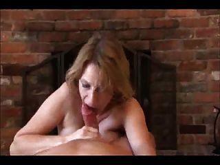 엄마는 약간의 손과 입을 경감을 준다!