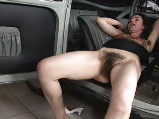 정말 털이 많은 여자가 차에 좆 됐어.