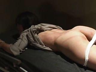 일본인이 묶여 감옥에 갇혔다.