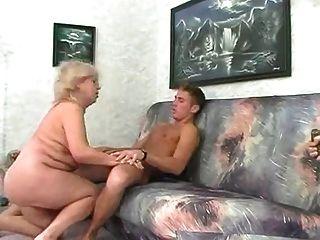 bbw 금발의 할머니는 젊은 남자와 잤어.