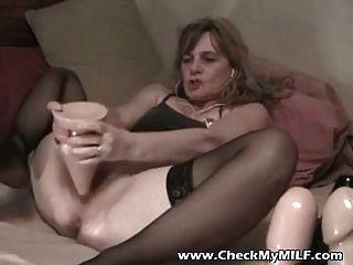 그녀의 엉덩이에 거대한 딜도 라구 딜도와 아마추어 아내