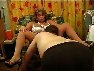스타킹과 발 뒤꿈치에 아름다운 프랑스 엄마