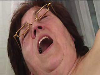 안경에있는 털이 많은 할머니가 퍼덕 퍼덕 거리며 퍼덕 거리다