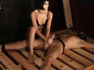 헬레나의 주무르기가 침대에 묶여있다.