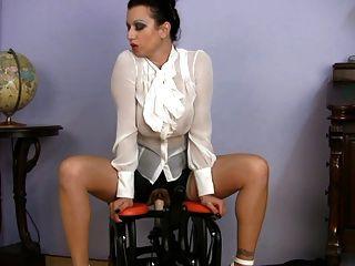 busty 옷을 입힌 milf 섹스 교사 승마 섹스 기계