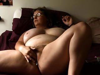 유리에 bbw 소녀는 침대에 자위한다