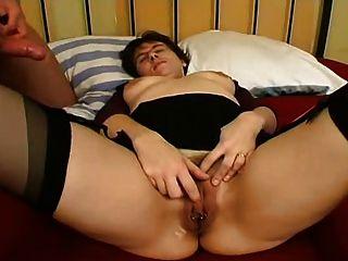 항문 섹스를 찌르는 스타킹에 피어싱 된 아가씨.