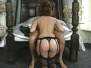 그녀의 남자를 즐기는 고전적인 자연의 큰 가슴의 여자