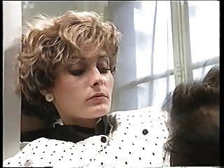 로코가 화장실에 여자 2 명을 데려 간다.
