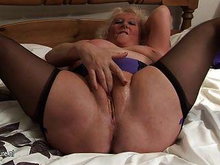 그녀의 침대에서 분출 한 큰 할머니