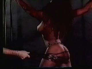큰 titted 하렘물 노예는 극단적 인 채찍질을 받는다 (슬로우 모션에서)