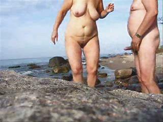 해변에서 성숙한 커플 섹스는 트위드를 입는다.