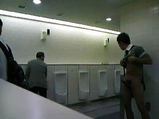 공중 화장실에서 자위하는 cmnm 녀석!