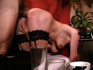 아내는 그녀의 엉덩이를 망하게하고 얼굴을 얻습니다.