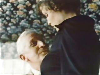 늙은이 진 빌로이가 하녀를 데려 간다. 트위드를 입는다.