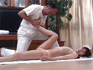 호색한 일본인 아내가 마사지를하고 집에서 4cm 정도 잤다.