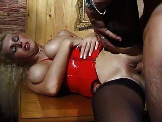 큰 자연의 가슴을 가진 독일의 유모는 그녀의 엉덩이에 열심히 걸립니다