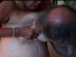 큰 가슴은 젖꼭지를 공유하고 강아지를 성교시키는 것을 성숙합니다.