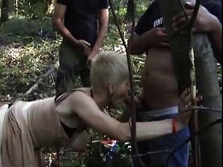 야외에서 갱부를 불렀던 섹시한 할머니