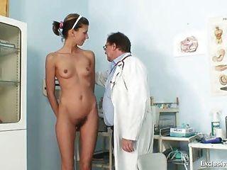angela는 gyno 의사가 검사 한 음경 검경을 가지고있다.